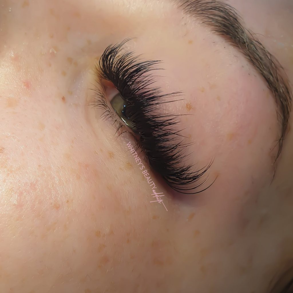 Wimperextensions by schoonheidssalon Whitney's beauty addicts